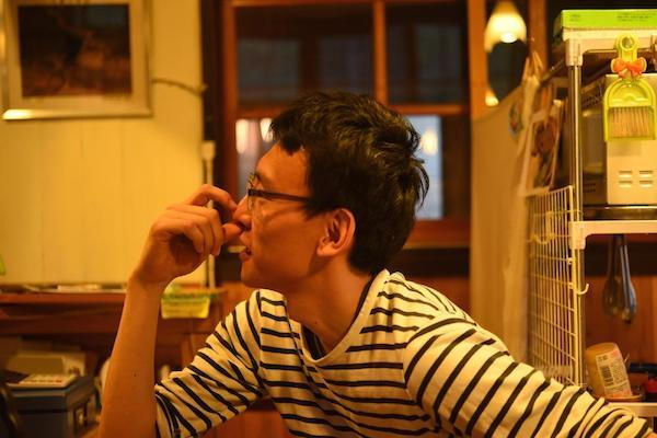 「book cafe kuju」のオーナー、柴田哲弥さん。