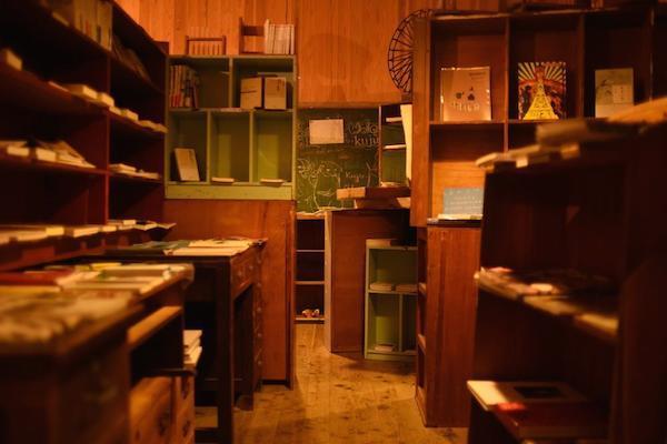 かつての1.2 年生の教室。現在は本屋さんに