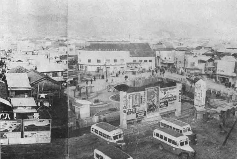 昭和25年1月の頃の新京橋・使者屋橋付近。大丸の位置に映画館があり、電車通り拡幅前なのでバスの駐車場が手前に見える「高知市戦災復興史」高知市