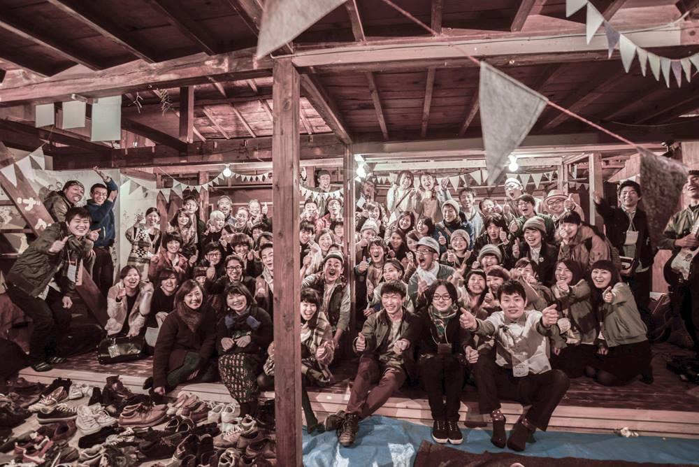 空き家を利活用した「ハモニカ横丁」が完成した時の一枚。若い人たちが集まる場として賑わう。