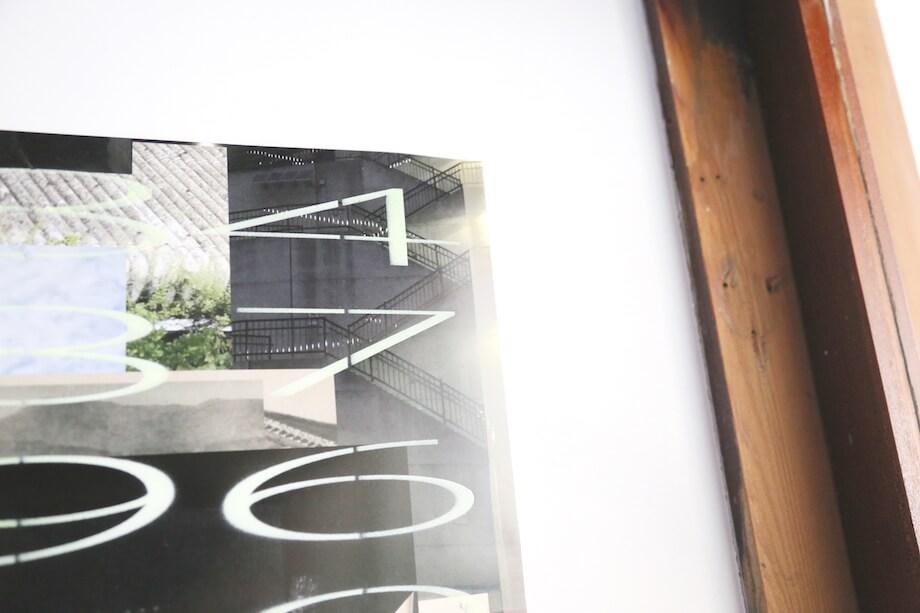 五月女哲平 作  写真と数字が組み合わされたポスターは漠然と「差し迫るもの」を感じたこちらの作品。写真にもポスターに記された数字にも共通の意味が隠されているそう。(すさきまちかどギャラリーほか、数箇所にて展示)