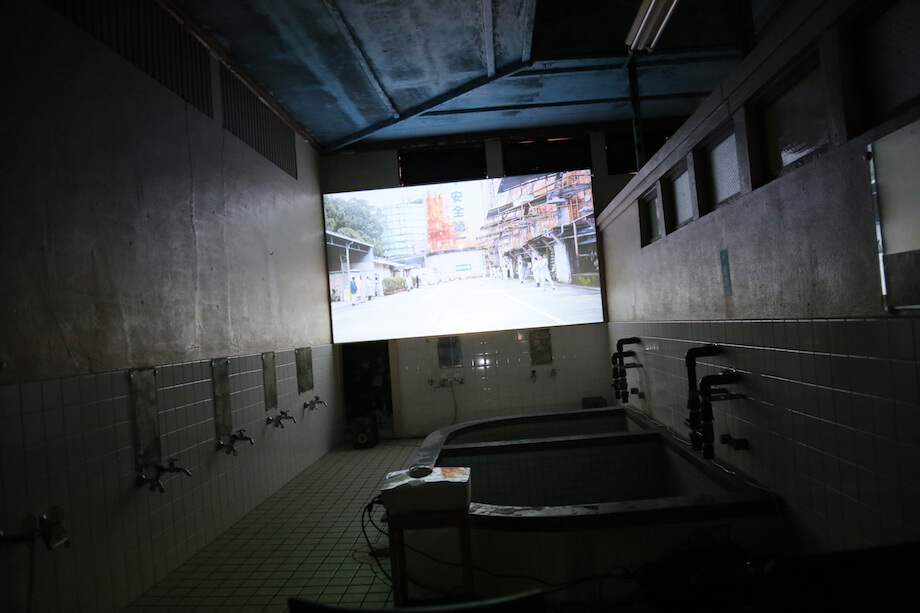 甫木元空 作『すいっち』  休業した昭和レトロな銭湯を映画館に見立てて、須崎市を舞台とした映画「すいっち」を上映。どこか懐さを感じさせながらも、私の記憶とは少し異なる須崎市の現状が垣間見れて驚いた。(錦湯にて上映)