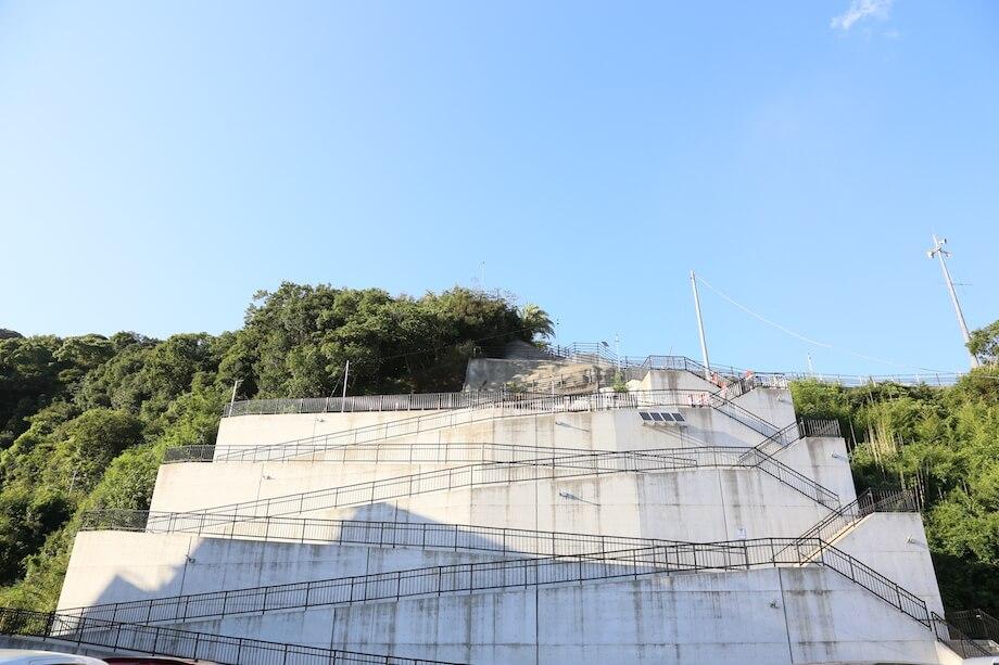 現代地方譚の作品を見るために「城山公園」に向かうと、目の前に階段の山が立ちはだかった。階段とスロープがあるが、かなりの急斜面。作品を見る時には息が上がっていた。