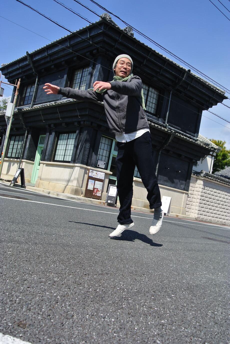 川鍋達(Tatsushi Kawanabe)東京造形大学を卒業後、12年間ドイツのニュルンベルグで精力的にアーティスト活動を行う。日本に帰国後は高校教師をしながらアーティスト活動を継続していたが3.11をきっかけに高知県須崎市に移住を決める。現在はすさきまちかどギャラリーの館長を務める。