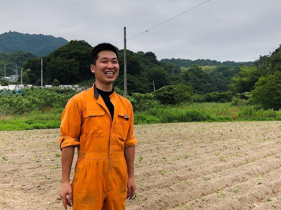堀部直暉(Naoki Horibe)氏 峰商事合同会社カーライフ・キューティの社員。加工品を販売する「てくてくのさつまいも本舗」の店長を務める傍、畑の手入れ、収穫、商品開発、販売など幅広い業務を行なっている。