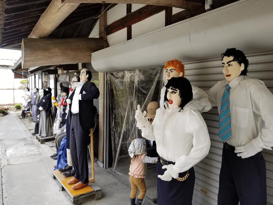 広島市佐伯区湯来町上多田地区は「人口よりもカカシが多い集落」としても有名。リアルなカカシが集落のいたるところにいる(ちなみに真ん中の小さいのは、カカシではなく娘さんとのこと笑)
