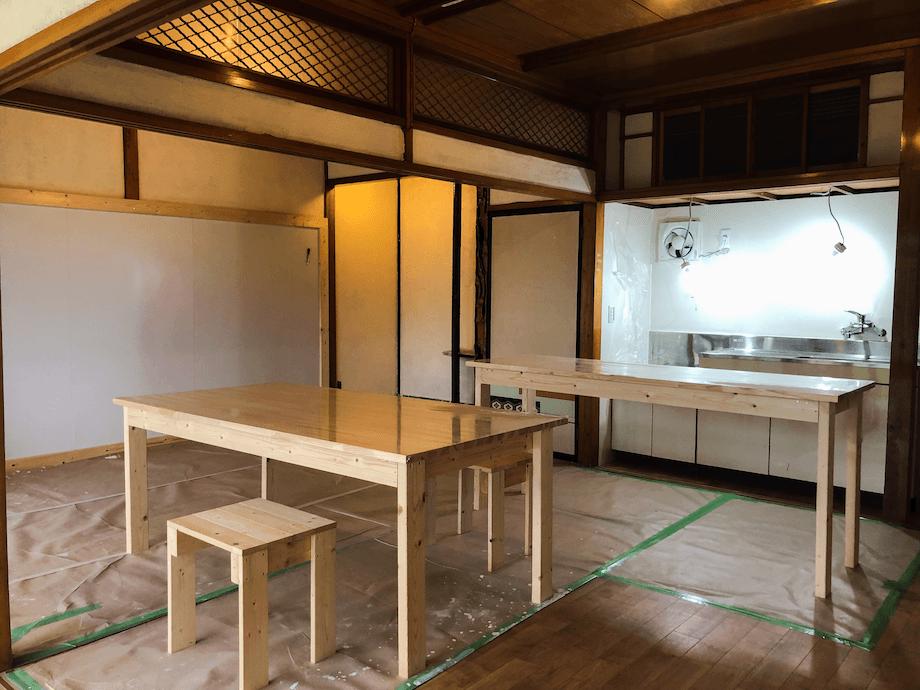 片面の壁をホワイトボードにし、ENGAWA利用者の感想や、川崎町のおすすめ場所を書き込んでいけるようなつくりにしている(オープン前の取材だったため、養生等が貼られているお写真になります。実際にお泊まりいただく際のENGAWAとは一部異なります)