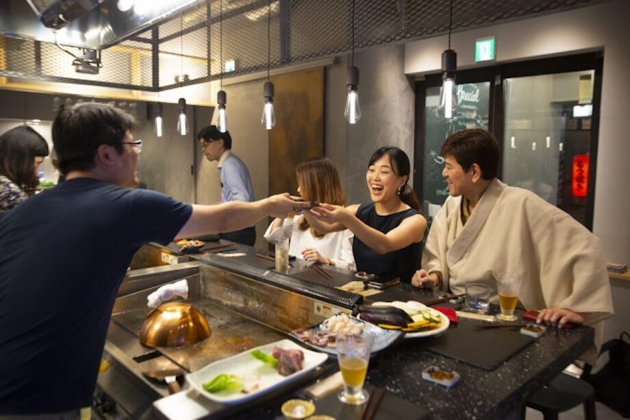 セルフクックの鉄板焼き食堂と隣接するBARから成る複合型の飲食店「日本橋CONNECT」。「つながり、つなげる、CONNECT」を基本コンセプトに、生産者の想いや、同じ時間、同じお店に居合わせたお客さん同士が繋がる空間を生み出している。