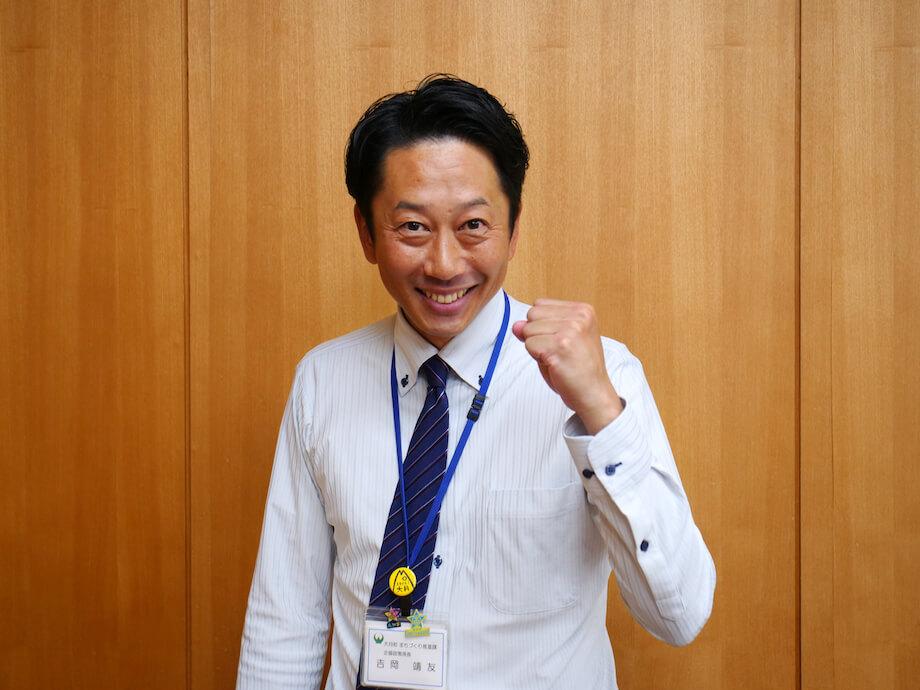 吉岡 靖友(Yasutomo Yoshioka)氏 大月町役場職員 / 高知県大月町出身。田中さんと橋本さんの上司、かつ、ツッコミ担当。公務員とは思えないフットワークの軽さと、爽やかなアツクルシサを兼ね備える。地域おこし協力隊の田中さん曰く、橋本さんとの掛け合いは、いつまででも見続けられるとのこと。ふたりの関係性にもぜひご注目あれ。