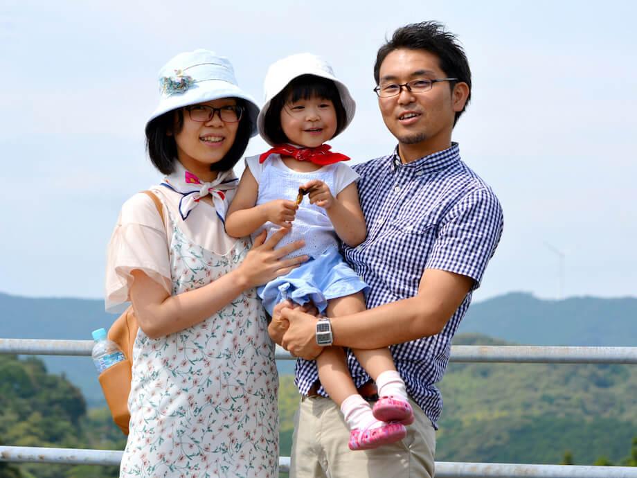 田中 義之(Yoshiyuki Tanaka)氏 大月町地域おこし協力隊 兼 映像クリエイター / 岩手県大槌町出身。就職と同時に都内へ上京。埼玉県所沢市に暮らしながら片道2時間、電車に揺られながら毎日東京へ出勤し、映像クリエイターとして活動。2017年に高知県大月町に家族で移住し、大月町地域おこし協力隊として活動を開始。映像クリエイターとしての経験を活かし、シティプロモーション担当として、地域のPR映像の撮影をはじめ、SNSでの情報発信など、幅広い分野で活動している。