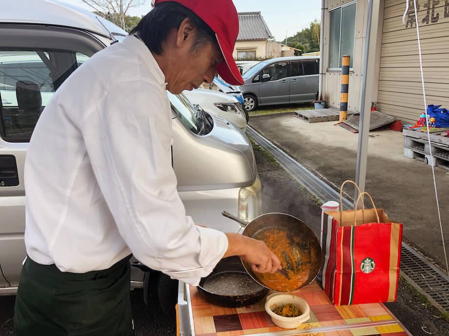 生パスタ専門店「Pastaio GENOVA」のオーナー小原健二さん。お住いは茨城県ひたちなか市だが、高萩氏の知り合いで、プレオープンの時から出店してくれているという。「城里町は僕にとって贅沢なまちです。傷がついてしまって店頭には出せないけれど、美味しい野菜や果物がたくさんありますから。農家さんにとってはもう価値がないと捨ててしまうものでも、僕たち料理人にとっては価値のあるものなんです。それを譲り受けたり、安く買わせてもらって、ペーストや粉末なんかに加工して料理に使っています」と楽しそうに話してくれた。