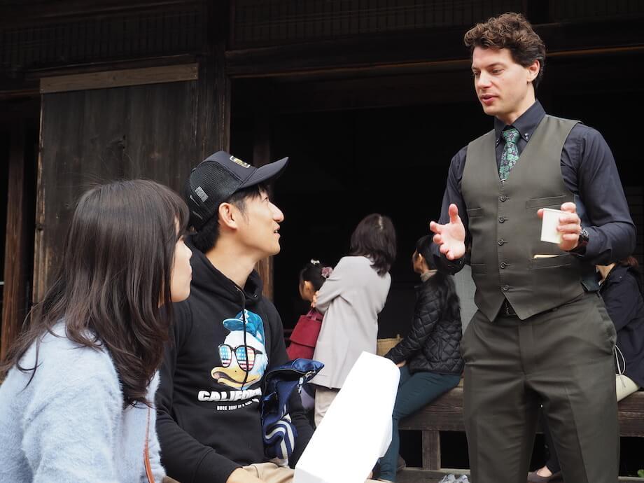 写真右)スウェーデン人で日本茶インストラクターのブレケル・オスカル氏。今回の古内茶庭先カフェでは、「日本茶の魅力について」をテーマに講演会を実施した。以前から城里町に訪れていたブレケル・オスカル氏は「城里町の風景を見ると、血圧下がります。稲穂があって、お茶畑があって、山も、古い家もある。夕暮れもすごく綺麗で、久しぶりにこんなにストレスがない場所にいるなと思いました。古内茶も喉越しが軽くて、香りがすっと入ってくる飲みやすさがある」と話す。