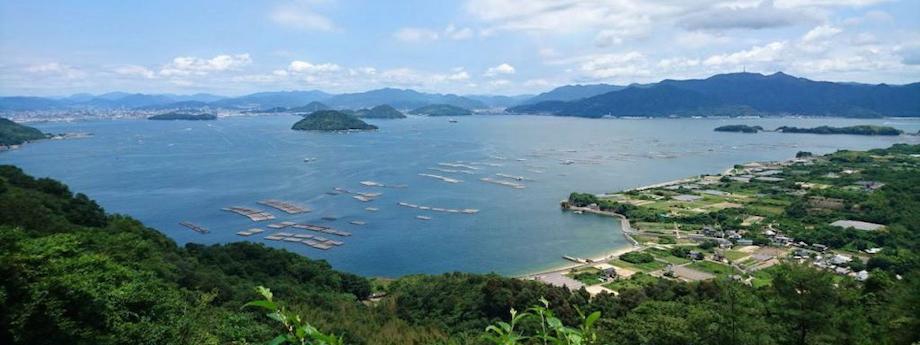 瀬戸内の多島美。海に浮かんでいるのは「牡蠣イカダ」。牡蠣の名産地ならではの光景です。