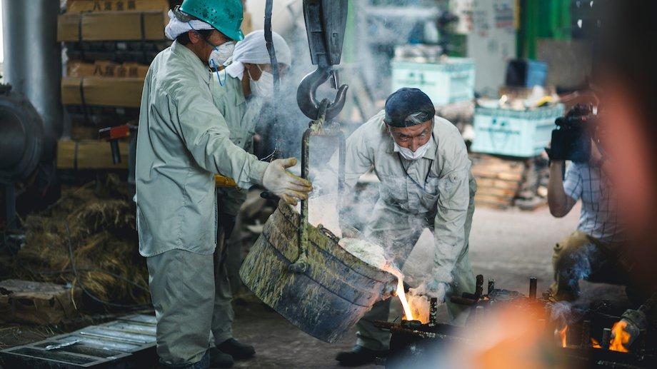 富山県西部地区の特徴の一つである伝統産業「高岡銅器」の鋳造