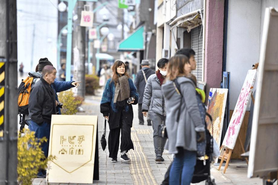 辰野町でやりたい!を叶えた、たった1日限りのマーケット「トビチマーケット」。辰野町の空き店舗に全国からお店が出店。10年後の商店街の未来を想像しながらワンデイマーケットが作り上げられ、当日は4,000人以上の参加者が県内外から訪れた。
