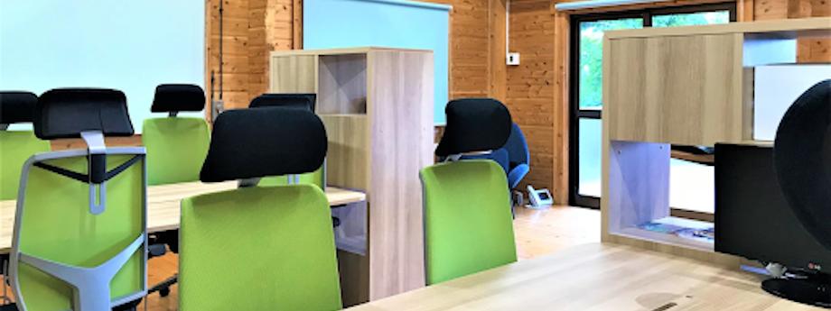 メインの作業スペースには、4名掛けのテーブルが2セット