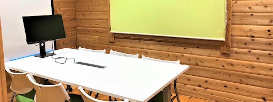 会議室にも全員で共有できる画面やホワイトボードを完備している