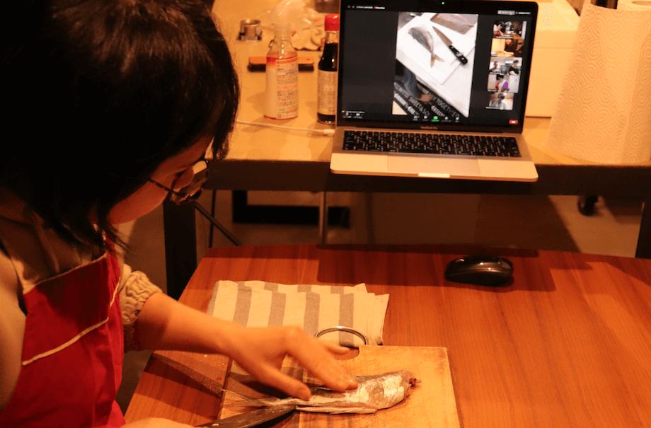 滋賀県からご参加くださったご家族(奥様が代表して捌いてくださり、旦那様と娘さんがカメラマンとして撮影してくださいました)。笹岡さんの捌き方をお手本にしながら、笹岡さん指導のもと、一緒に捌いていきます。