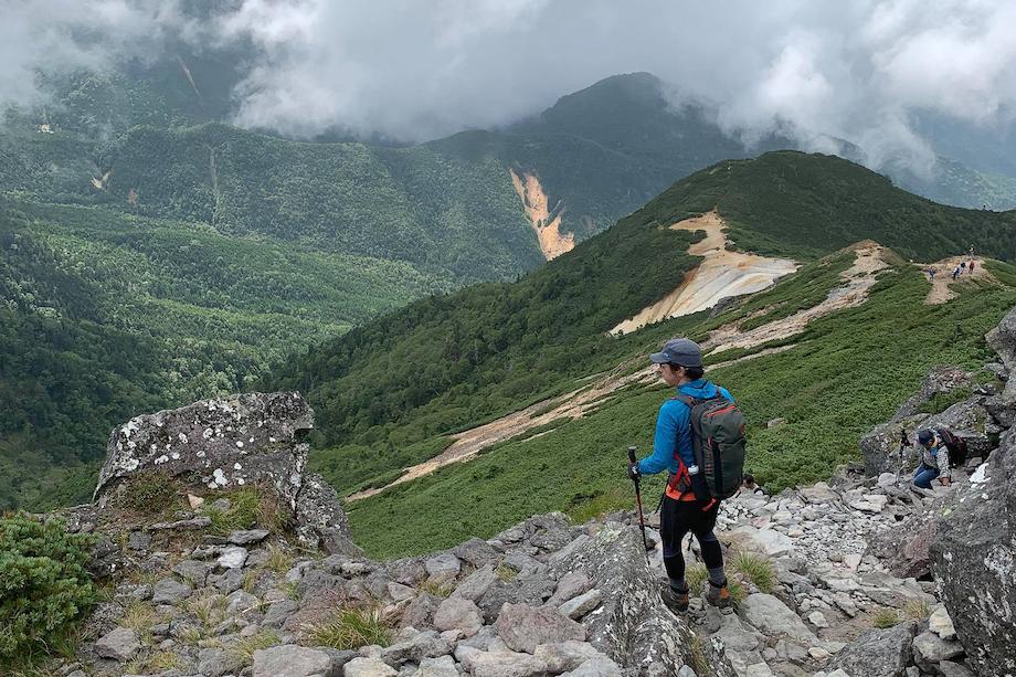 八ヶ岳が近い富士見町に来て趣味の登山の頻度が増えたという栗原さん。こちらの写真は、硫黄岳にて。
