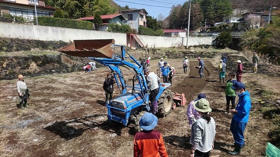 2017年当時、畑作部『森とあおぞら』の様子。富士見町机区の畑で行われたトラクター講習(森のオフィスwebサイトより)