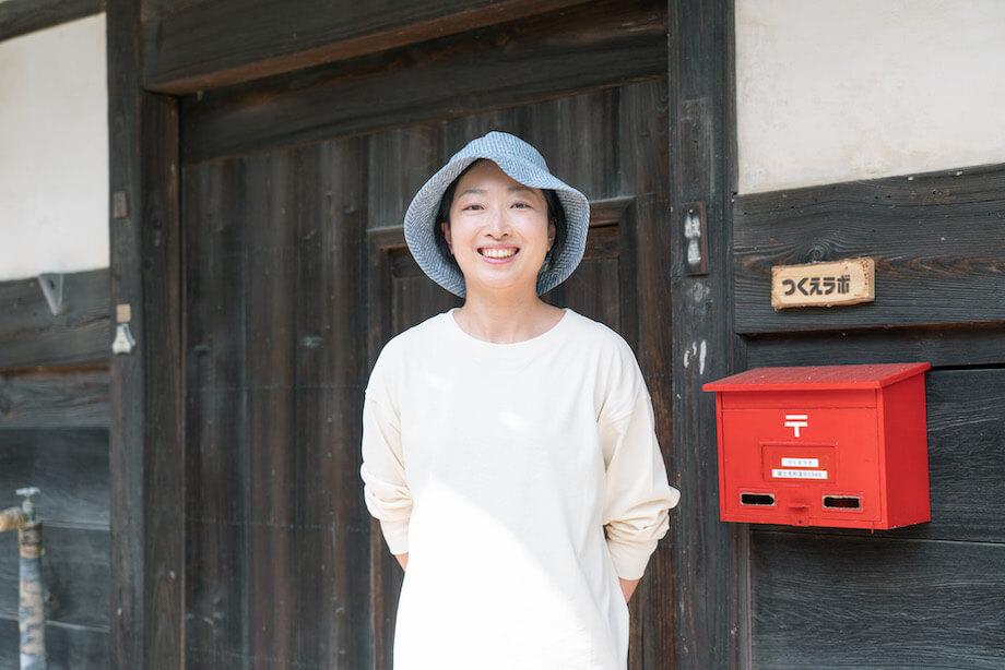 馬淵 沙織 (Saori Mabuchi)さん / 愛知県生まれ。南山大学総合政策学科を卒業し、上京し、重電機器およびシステム、水処理システム、産業システム機器などを手がける企業へ就職。入社12年、広告宣伝企画の担当として腕を振るっている。