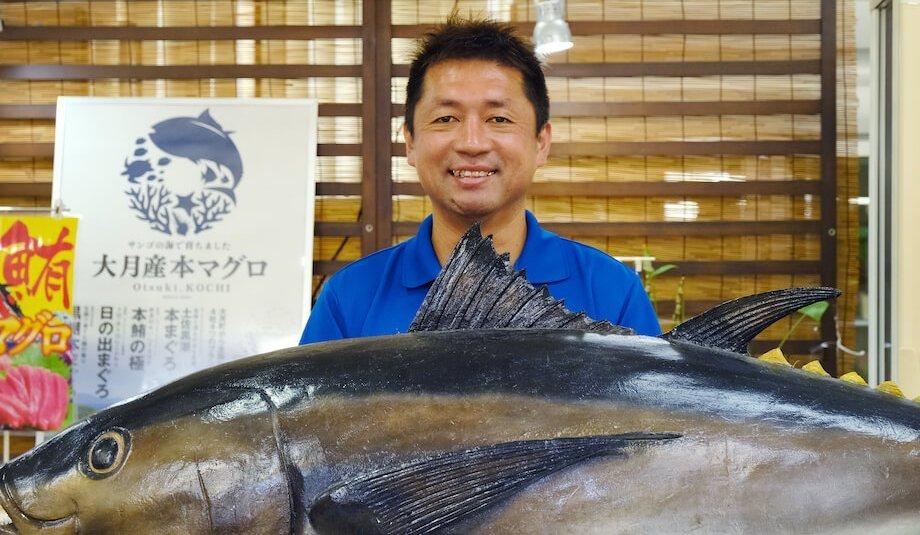新谷文彦(Fumihiko Niiya)さん マグロ推進協議会会長 / 両親ともに大月町民の純血大月町民。デザインを学ぶため上京。5年の都会暮らしを経て理由もなく帰郷。地元でホテルマンとして約8年勤め、異動により道の駅大月へ。道の駅大月で働くことにより、農業・漁業・加工業を学ぶ。