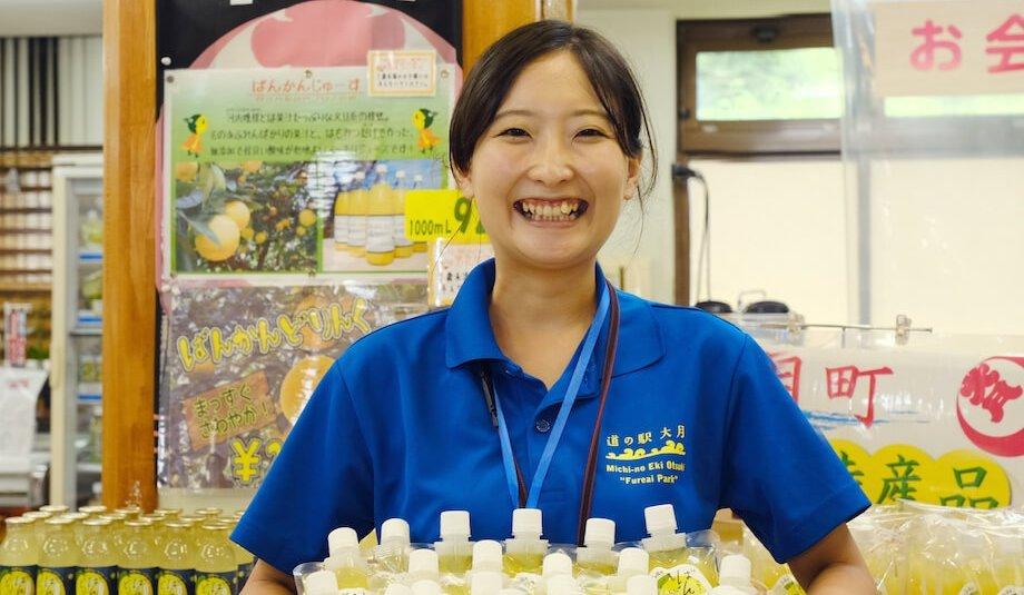 寺内奈緒子(Naoko Terauchi)さん 高知県大月町地域おこし協力隊 / 大阪出身でSEとして働いた後、東京のクラウドファンディングサイトを運営する企業で働き、2年半前大月町に移住。現在は地域おこし協力隊で、特産品の外商担当として働くかたわら、自ら野菜を育てたり、大月町の食材で加工品づくりをするため、今加工品づくりの勉強をしている。