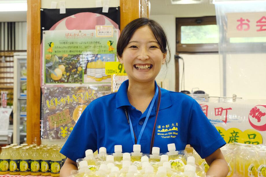 寺内奈緒子(Naoko Terauchi)さん 地域おこし協力隊 / 大阪出身でSEとして働いた後、東京のクラウドファンディングサイトを運営する企業で働き、2年半前大月町に移住。現在は地域おこし協力隊で、特産品の外商担当として働くかたわら、自ら野菜を育てたり、大月町の食材で加工品づくりをするため、今加工品づくりの勉強をしている。