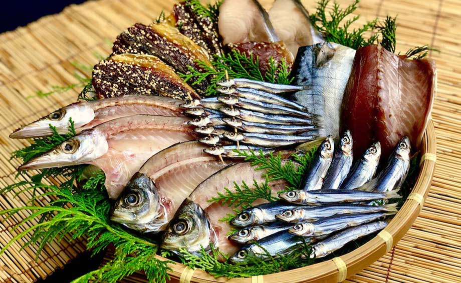 高知県内でも有数の水揚げ高を誇る「宿毛湾」。エメラルドブルーで美しい宿毛湾で獲れた魚を水揚げ直後に加工した鮮度抜群の干物。一般的な食塩(精製塩)より、ミネラル分豊富な天日塩のみを使い、より旨みの強い干物に仕上げている。普段から鮮度抜群の魚しか食べていない地元の人々が「旨い!」と思った魚のみを使用する贅沢な一品。