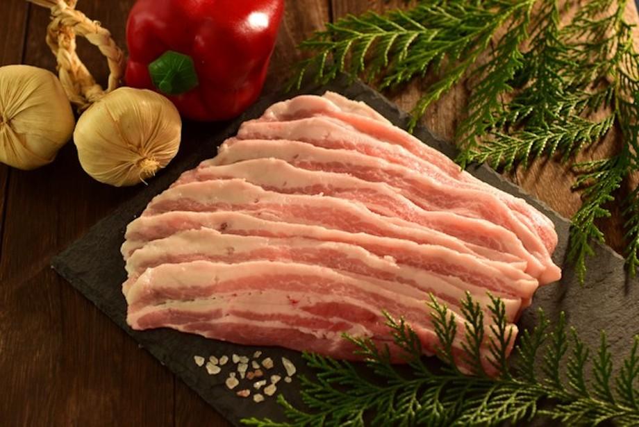 種付けから育成までを一貫して行う自家育成にこだわり40年。大月町で唯一の養豚農家「松本養豚場」が一匹一匹手塩にかけて育てたブランド豚。環境への配慮から、豚舎を清潔に維持することができ、かつ悪臭も抑えられる「発酵床」で育てられた力豚は、脂身が甘く食味の良さに地域内外から多くのファンがいるものの、生産量が少ないため、なかなか手に入らない希少な一品。
