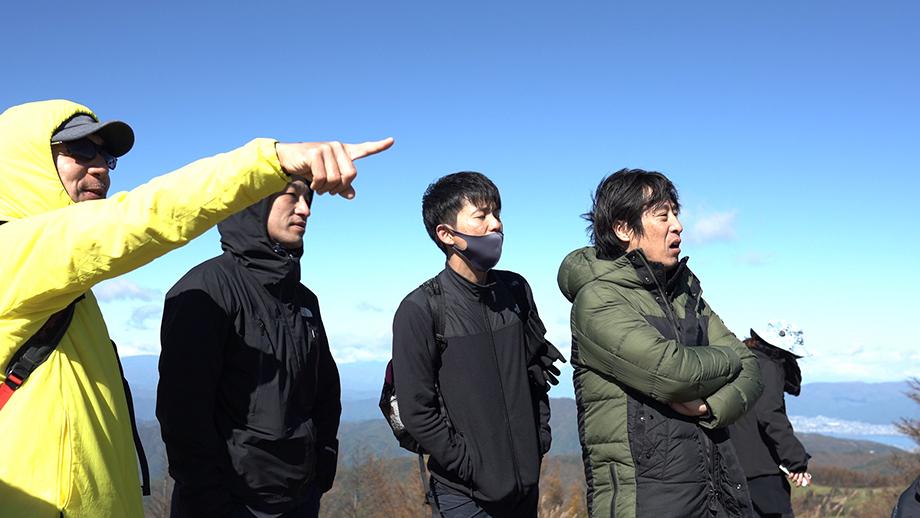 頂上での景色に感動する参加者の皆さん。