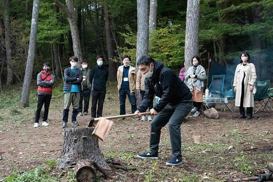 よく乾いた薪は、伊澤さんの手ほどきで気持ちよく割れる。その感触に歓声が上がり、参加者のテンションが一気に上がっていく
