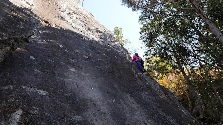 日陰に位置する岩場は終始気温が低い。