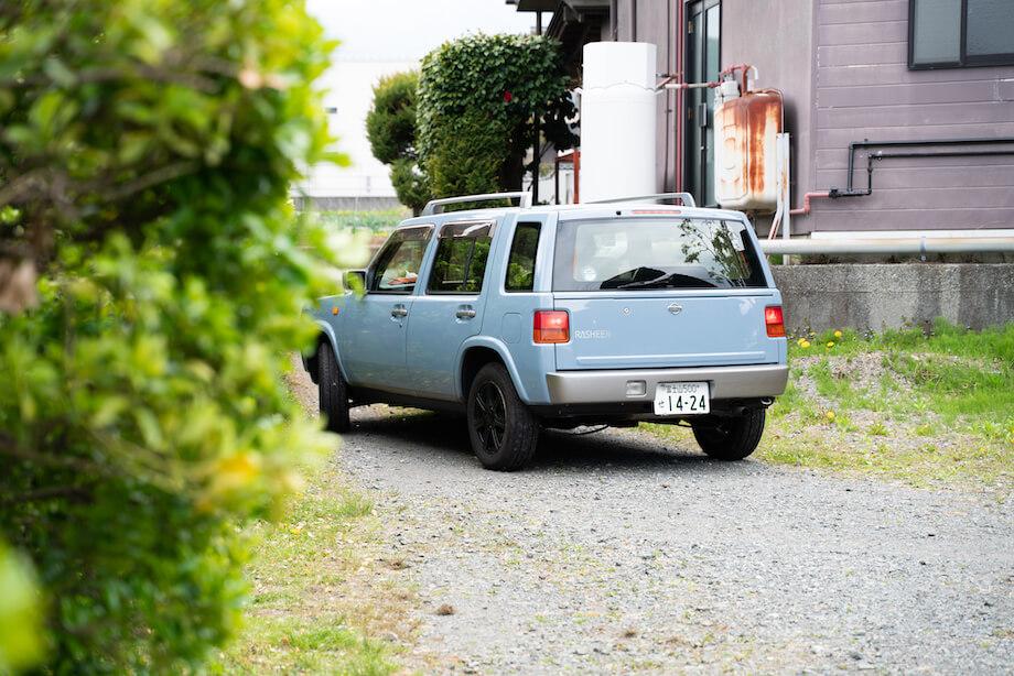 休日は毎週必ず洗車をするという小野さんの愛車。この車で、Instagramで見つけたカフェに訪れたり、ドライブしてゆったりできる穴場スポットを探したりしているんだそう。