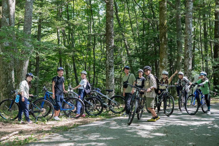 サスティナブルツアーの参加者たちがサイクリングを行なっている時の様子。乗鞍高原をはじめ、サスティナブルが根付くスポットを巡り、参加者はまちの理解を深めました。